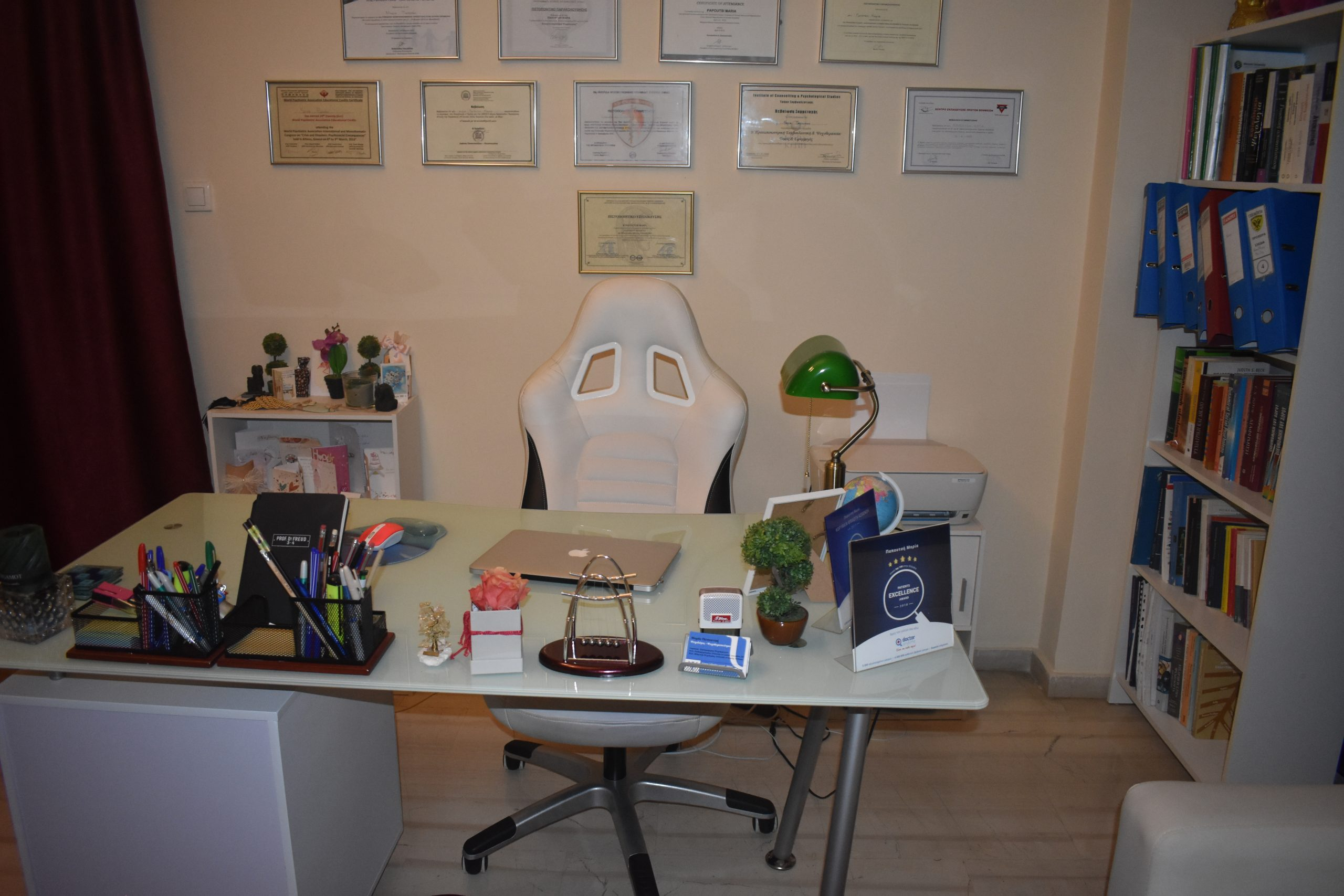Πέμπτη φωτογραφεία γραφείου για ψυχοθεραπεία της M.Sc. Ψυχολόγου - Παιδοψυχολόγου Μαρία Παπουτσή