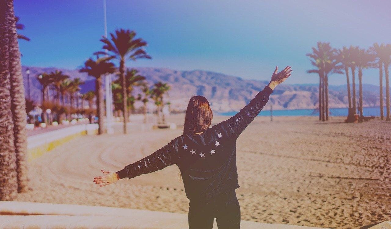 Γυναίκα με σηκωμένα χέρια